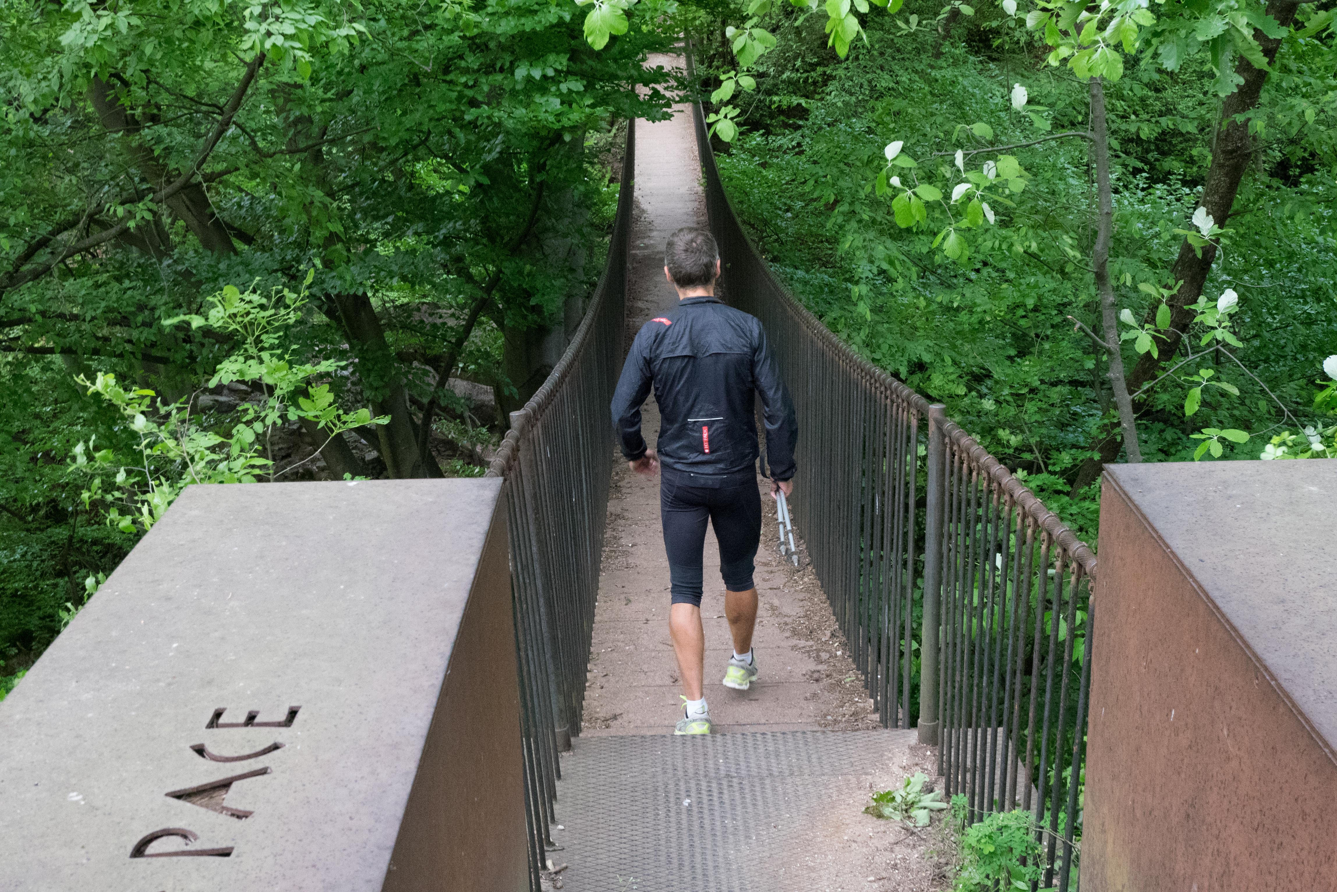 Hängebrücke in Altenburg – Panasonic GM1 mit Kitobjektiv 12-32 mm. 22 mm (KB 44 mm), f/7.1 – 1/60 s – ISO 3200. Starkes Bildrauschen bei ISO 3200, aber trotzdem brauchbares Foto.